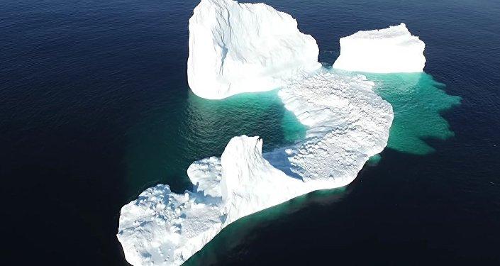 Surpresa da mãe natureza: enorme iceberg impressiona turistas