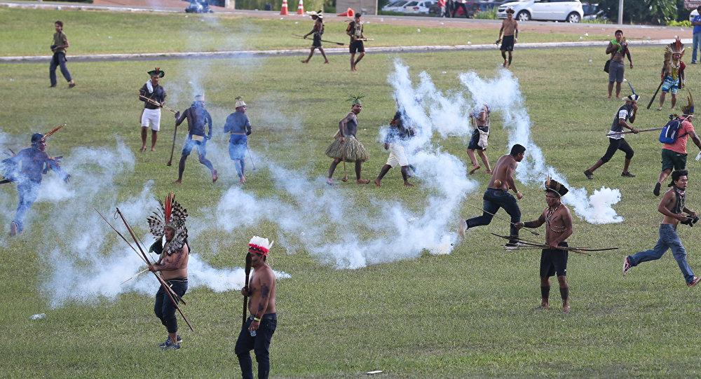 Índios fazem manifestação na Esplanada dos Ministérios