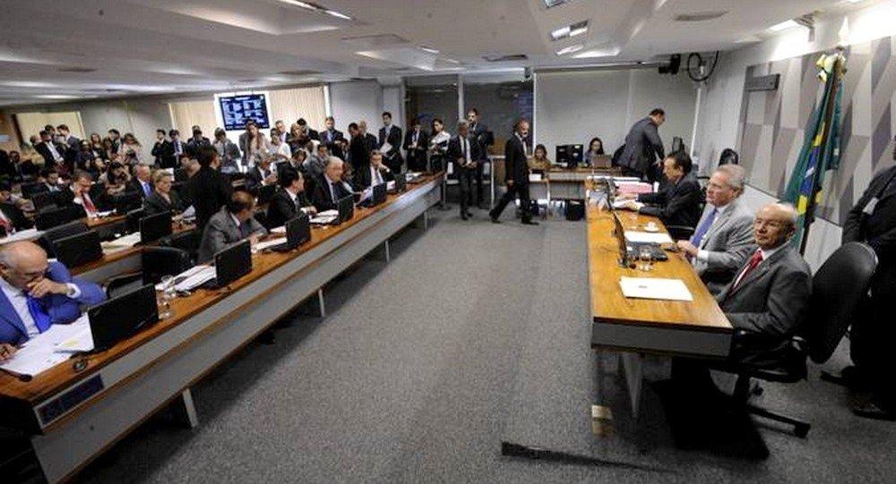 Sessão na CCJ do Senado durante aprovação do projeto que aumenta penas para abuso de autoridade