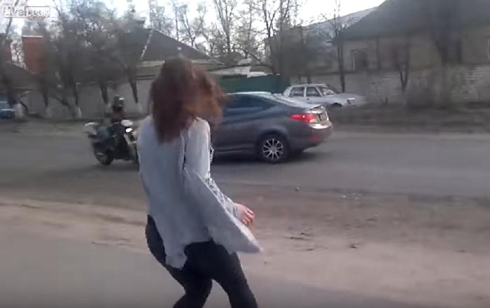 Jovem ucraniana causa terrível colisão dançando ao lado da estrada