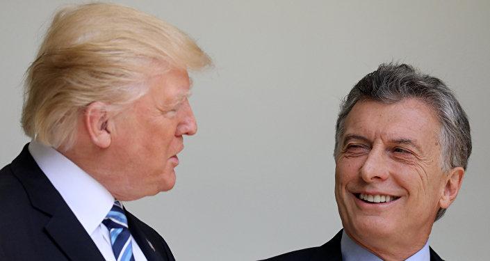O presidente dos EUA, Donald Trump, conversa com o presidente da Argentina, Mauricio Macri, durante uma reunião na Casa Branca em Washington