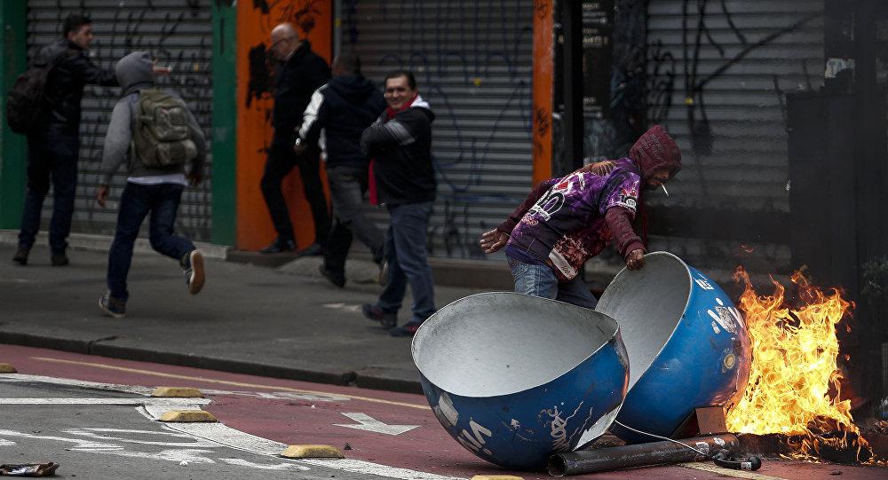Um manifestante incendeia um orelhão em São Paulo durante ato que acontece no âmbito da greve geral em 28 de abril de 2017