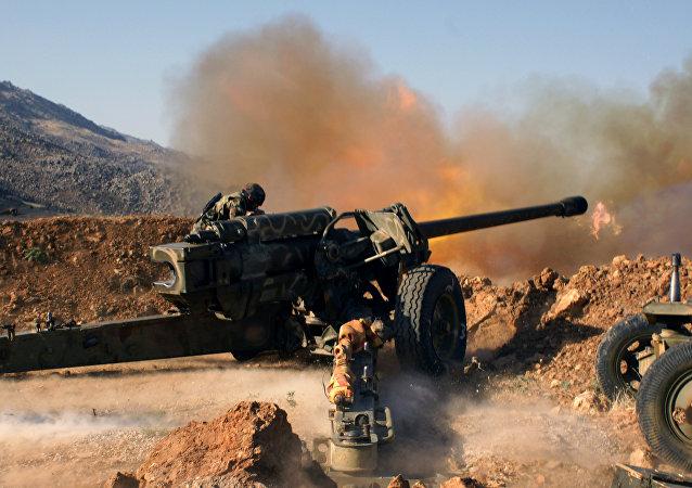 Tropas sírias atacam posições do Daesh perto da cidade de Al-Zabadani, Síria