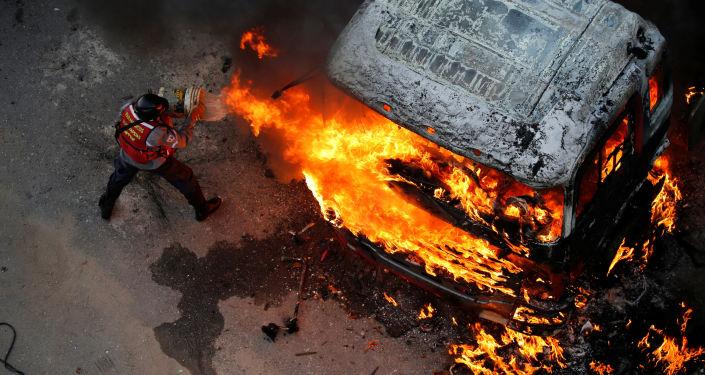 Extinção de fogo durante os protestos contra o presidente da Venezuela, Nicolas Maduro, em Caracas