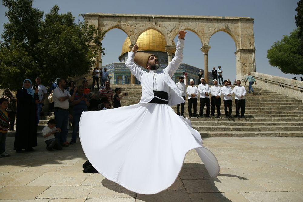 Asceta turco dança perto da mesquita da Cúpula da Rocha em Jerusalém