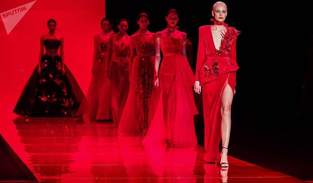 Modelos demonstram a nova coleção de AnastasiAZadorina em Moscou