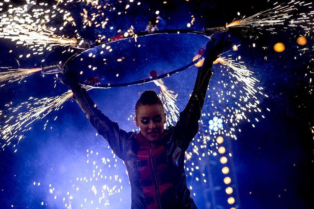 Participante do show de luz durante o Primeiro Festival dos Namorados em Moscou