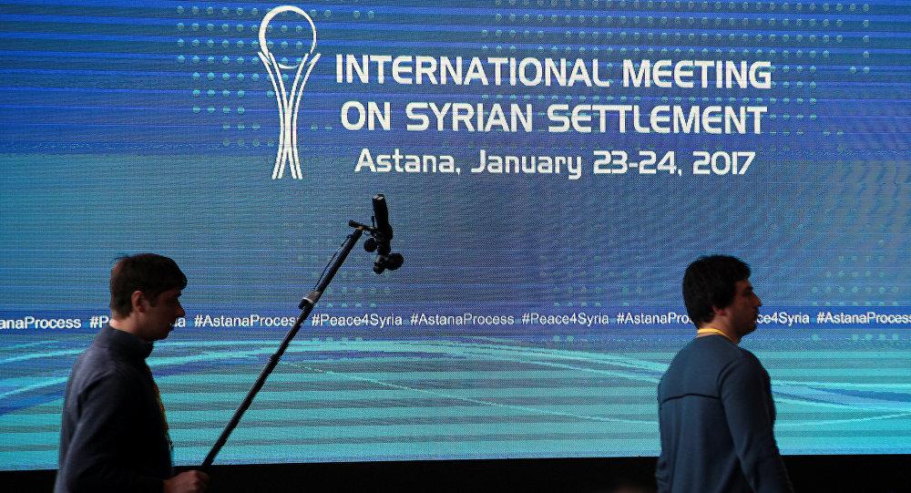 Repórteres caminham no centro de mídia durante rodada de negociações de paz sobre a Síria em Astana, Cazaquistão. Foto de 23 de janeiro de 2017.