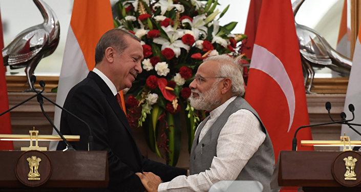 Encontro entre o premiê indiano, Narendra Modi (à direita) e o presidente da Turquia, Recep Tayyip Erdogan (à esquerda), em 1 de maio de 2017 em Nova Deli