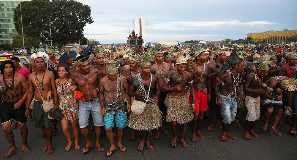 Índios do Acampamento Terra Livre fazem  manifestação na Esplanada dos Ministérios