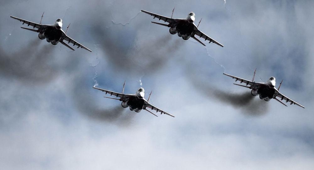Os caças MiG-29 do grupo de pilotagem Strizhi no céu do aeroporto militar de Kubinka