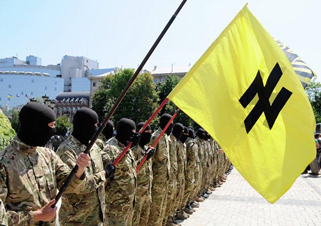 Soldados do batalhão Azov ostentando o símbolo neonazista do Wolfsangel