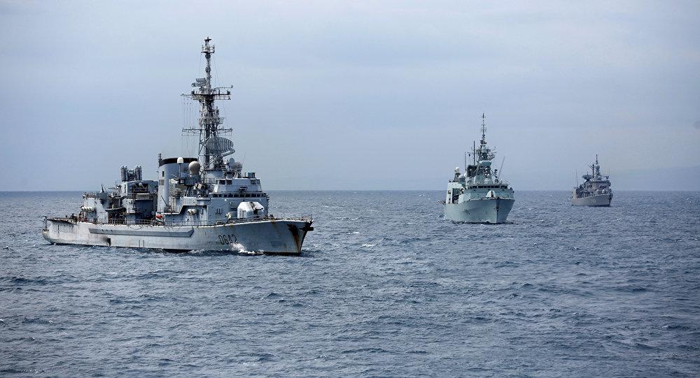 Navios de guerra envolvidos nos exercícios militares anti-submarinos da OTAN Dynamic Manta 2017, no Mar Mediterrâneo, Itália, em 13 de março de 2017