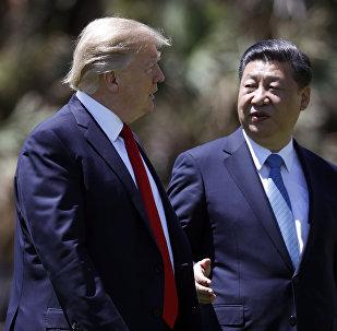 Donald Trump, presidente dos EUA e Xi Jinping, seu homólogo chinês falam depois do encontro realizado em 7 de abril de 2017 em Mar-a-Lago