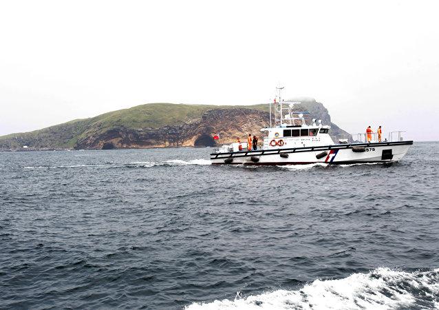 A Guarda Costeira de Taiwan faz patrulha durante a visita do presidente taiwanês Ma Ying-jeou à ilha Pengjia no Mar da China Oriental, no norte de Taiwan, no sábado, 9 de abril de 2016.