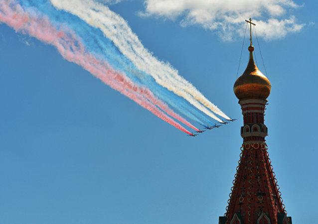 Cinco caças Su-25 pintam céu com as cores da bandeira russa durante o ensaio geral da Parada da Vitória, em 7 de maio de 2017