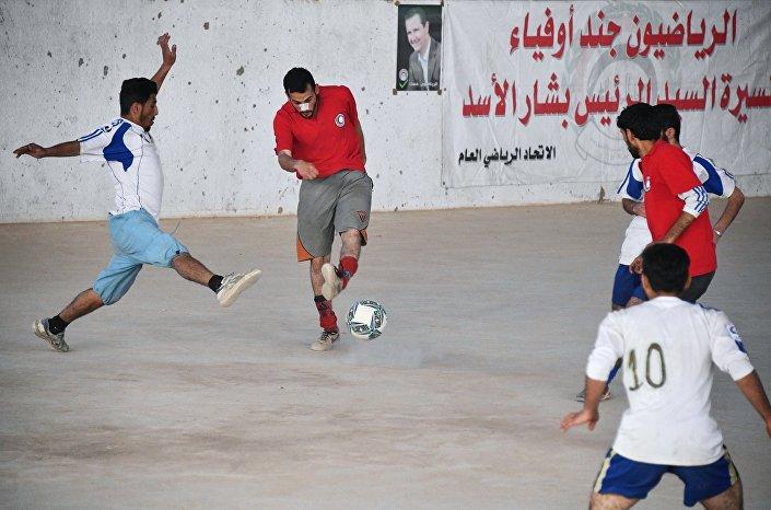 Jogo de futebol entre os locais em Deir ez-Zor