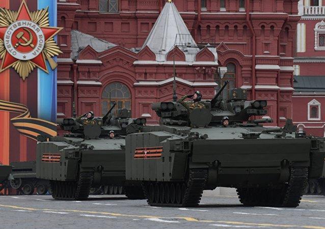 Um grupo de veículos pesados sobre lagarta Kurganets-25 na Parada da Vitória que teve lugar em 9 de maio na Praça Vermelha de Moscou