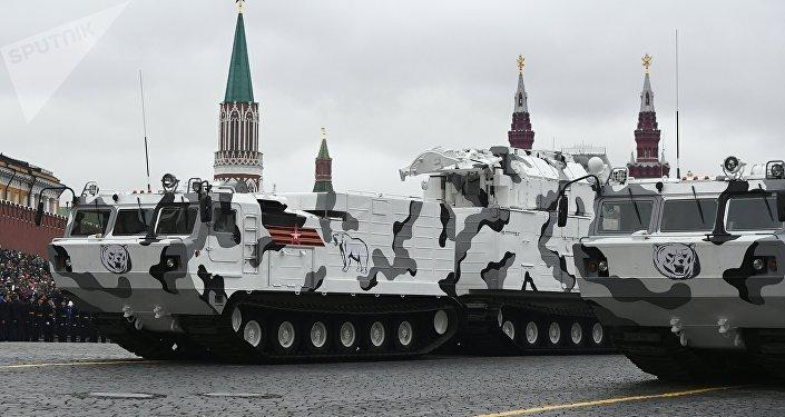 Sistemas de mísseis antiaéreos Tor-M2DT na Praça Vermelha durante Parada da Vitória 2017