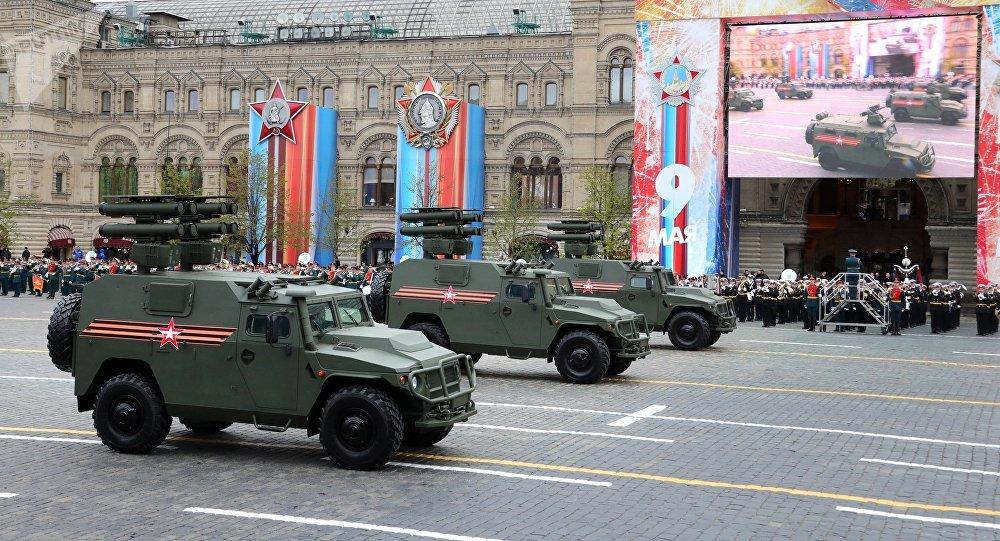 O blindado russo Tigr com o complexo de mísseis antitanque Kornet-D desfila pela Praça Vermelha de Moscou em 9 de maio de 2017