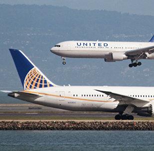 Boeing 787 da United Airlines decola enquanto o Boeing 767 da United Airlines aterissa no Aeroporto Internacional de São Francisco, fevereiro 7, 2015