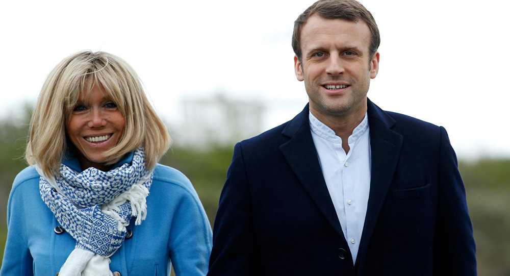 Emmanuel Macron e sua mulher Brigitte Trogneux posam para fotografias em Le Touquet, França, abril 22, 2017
