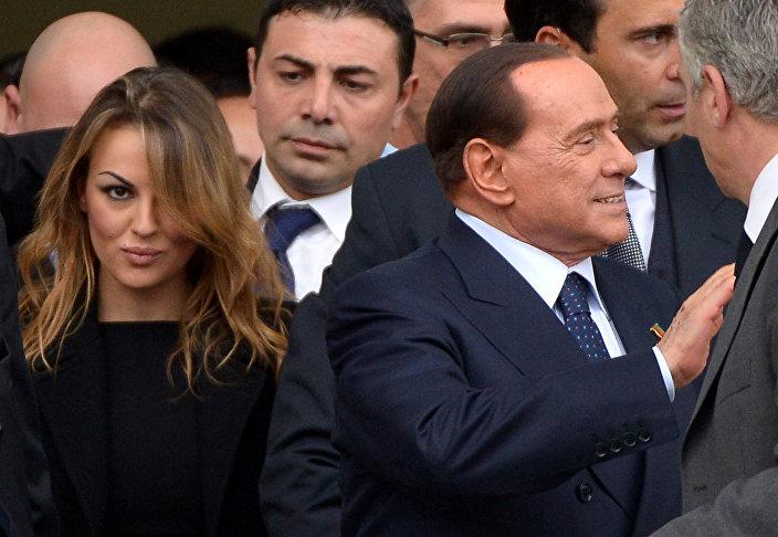 Ex-primeiro-ministro italiano Silvio Berlusconi e sua namorada Francesca Pascale, novembro 16, 2013