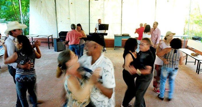Idosos dançando forró em um centro de referência de Planaltina, no Distrito Federal