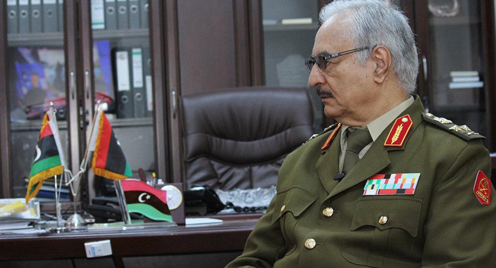 Nesta foto de arquivo de 18 de março de 2015, o General Khalifa Haftar fala durante uma entrevista com a Associated Press em al-Marj, Líbia.