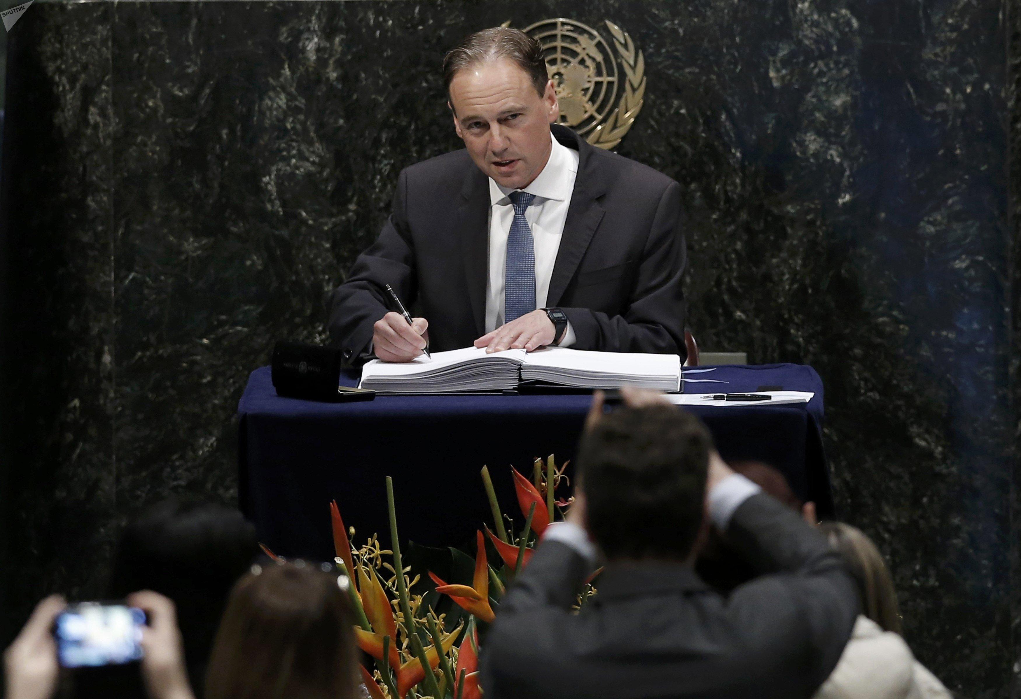 O ministro australiano do Ambiente, Greg Hunt, assina o Acordo de Paris sobre as alterações climáticas na sede das Nações Unidas em Nova Iorque.