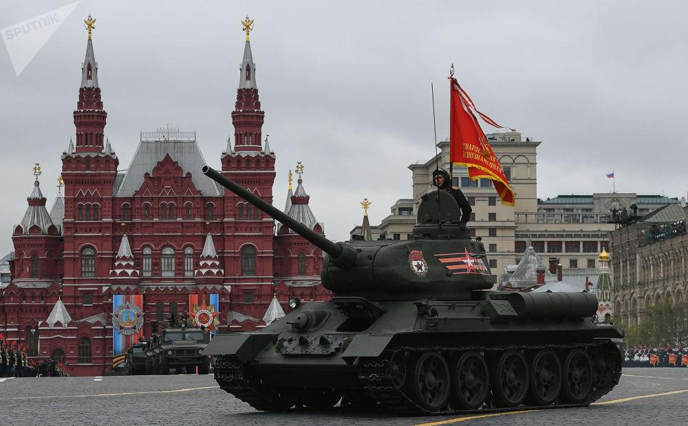 Tanque T-34-85 na Parada da Vitória na Praça Vermelha, no coração da capital russa