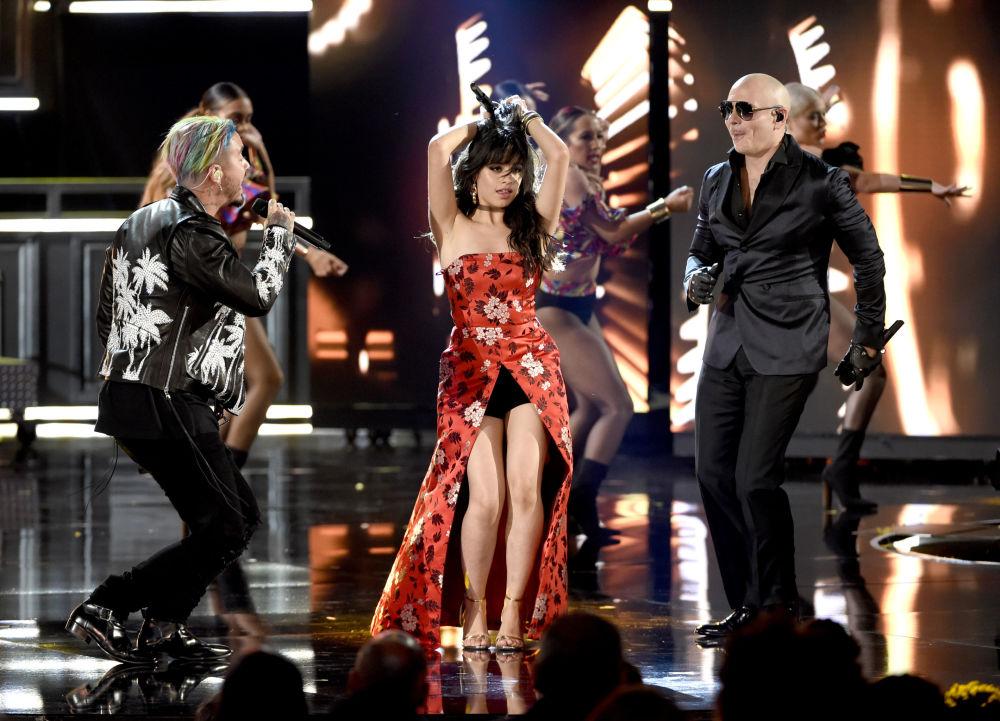 J Balvin, Camila Cabello e Pitbull participando do MTV Movie and TV Awards em Los Angeles