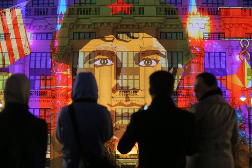Show de multimídia dedicado às comemorações do Dia da Vitória no centro de Moscou