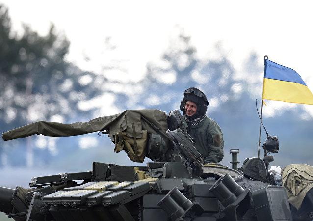 Tanquista ucraniano em veículo blindado T-64BV durante biatlo de tanques da OTAN Strong Europe Tank Challenge 2017, em 12 de maio