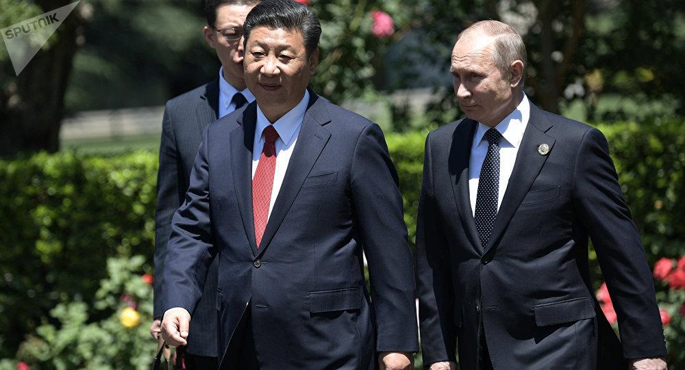 Presidente russo, Vladimir Putin com seu homólogo chinês, Xi Jinping depois do encontro bilateral realizado no âmbito do Fórum Internacional Um Cinturão e Uma Rota, Pequim, 14 de maio de 2017