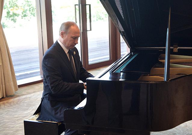 Vladimir Putin toca piano na residência do presidente chinês, Xi Jinping