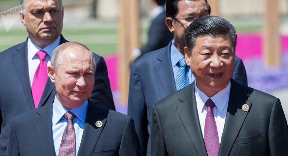O presidente da Rússia, Vladimir Putin, e seu homologo chinês, Xi Jinping, durante coletiva de imprensa de participantes da mesa redonda Um Cinturão e Uma Rota na China, 15 de maio de 2017
