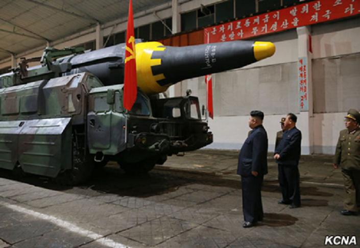 Kim Jong-un observa míssil Hwasong-12