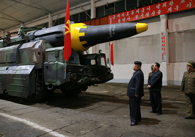 Kim Jong-un observa míssil balístico de longo alcance Hwasong-12.