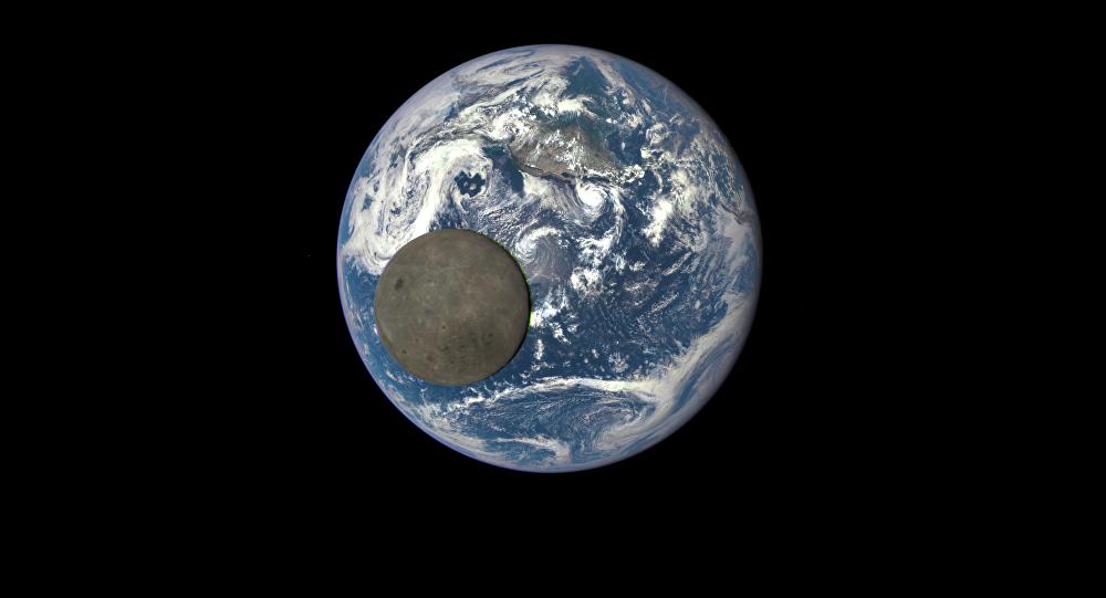 A foto da Terra e Lua feito com a câmara de Deep Space Climate Observatory (DSCOVR)