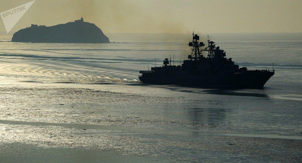 Admiral Tributs, navio antissubmarino grande da Frota do Pacífico russa, atravessa o estreito Bósforo Oriental em Vladivostok, em janeiro de 2017
