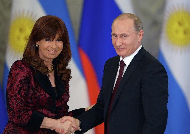 Presidente da Rússia Vladimir Putin e presidente da Argentina Cristina Kirchner durante reunião em Moscou, 23 de abrill, 2015