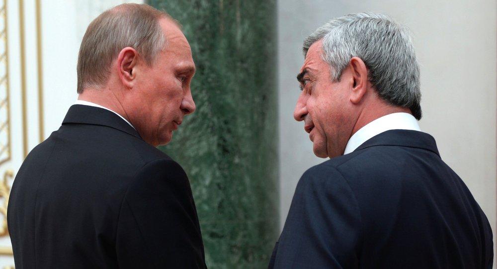 Vladimir Putin, presidente da Rússia, e Serge Sargysian, presidente da Armênia, conversam em Minsk, Bielorrússia, 10 de outubro de 2014