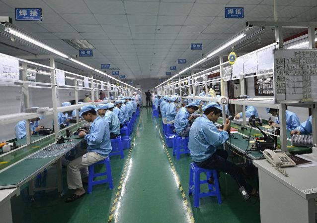 Trabalhadores de uma fábrica na China, país que tenta reverter efeitos de décadas de poluição desenfreada