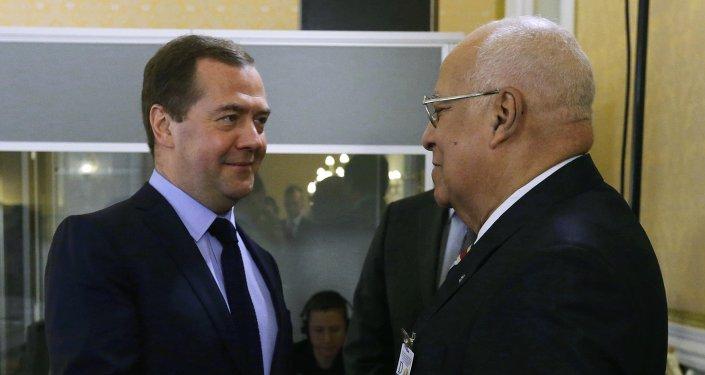 Primeiro-Minsitro da Rússia Dmitry Medvedev se reúne com o vice-presidente do Conselho de Ministros de Cuba, Ricardo Cabrisas.