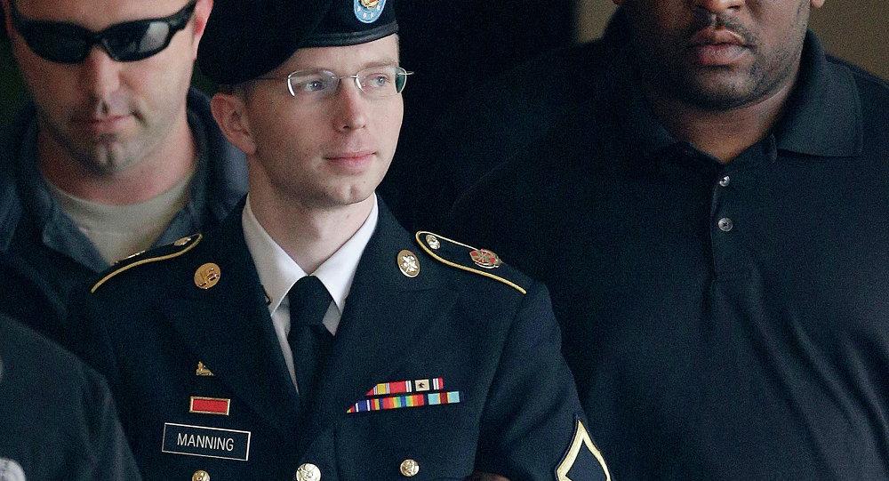 Chelsea Elizabeth Manning, nascida sob o sexo masculino e de nome Bradley Edward Manning, está saíndo do tribunal militar. (foto de arquivo)