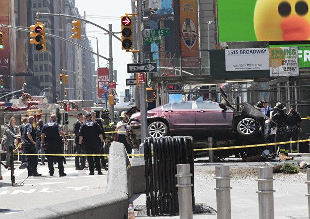 Honda de Richard Rojas é mostrado preso a uma barreira de segurança após atropelar mais de 20 pessoas em Nova York nesta quinta-feira, 18 de maio de 2017