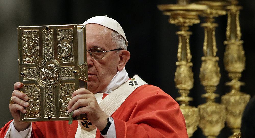 Papa Francisco durante uma oração com o Pallium, na Basílica de São Pedro (foto de arquivo)