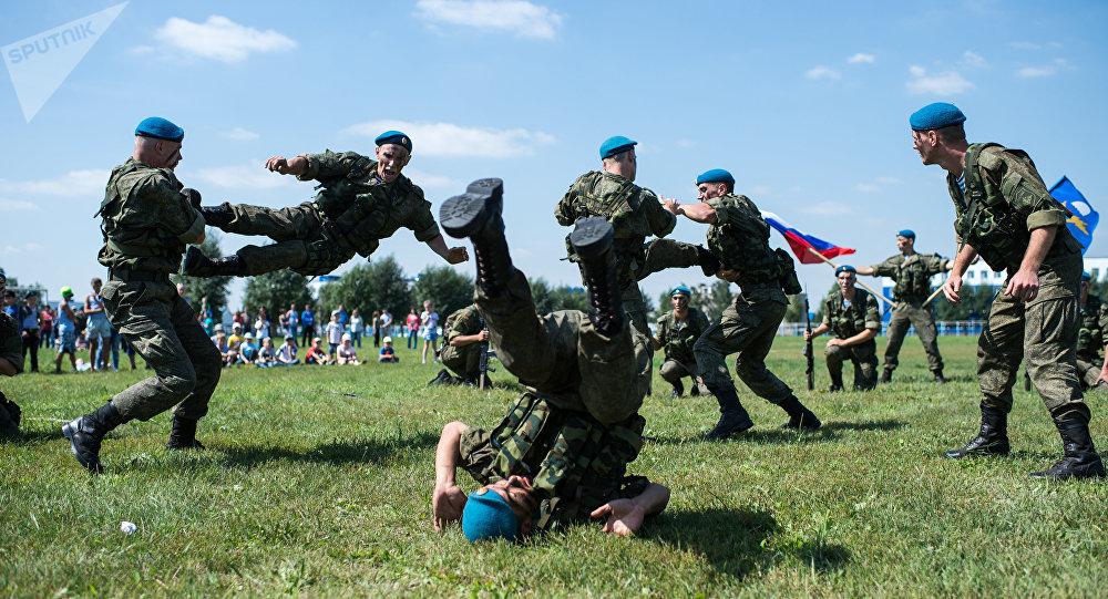 Arena para lutas entre paraquedistas instalada especialmente para o Dia dos Paraquedistas