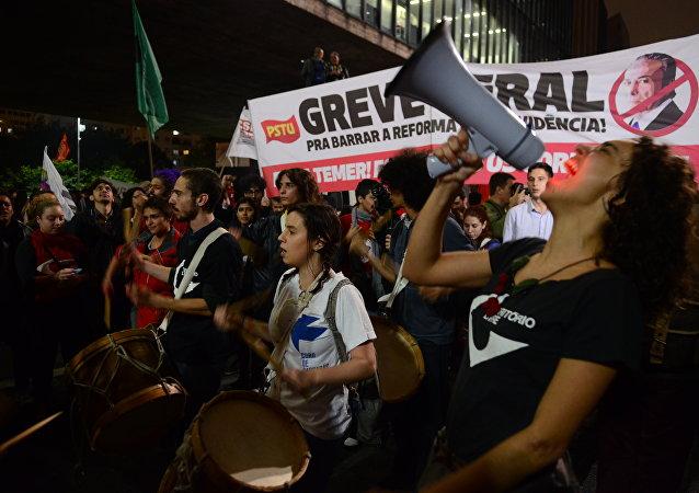 Passeata em São Paulo exige a renúncia de Temer